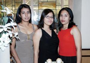 Tania Moreno Ramírez en compañía de Ibis Moreno Ramírez y Jéssica Rivera Tiscareño, quienes le organizaron una fiesta de despedida de soltera
