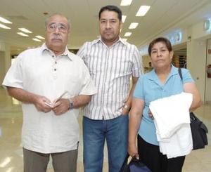 <b>26 de mayo </b><p> Santiago García y Teresa Villalpando viajaron al Distrito Federal y fueron despedidos por Javier García.