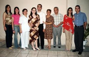 Irma Iveth Serna Peña y Rafael Serna Campos, acompañados por sus familiares, en pasado festejo.
