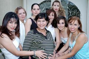 Guadalupe González de Flores acompañada de sus amigas el día de su fiesta de canastilla por el próximo nacimiento de sus gemelos.