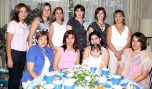 <b>26 de mayo </b> <p> Margarita García de Abraham acompañada por un grupo de amigas en su fiesta de canastilla.