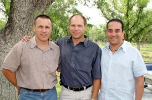 Arturo González, Roberto González y Javier Lechuga, captados en reciente reunión social.