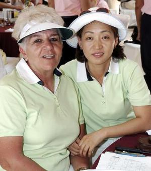 Karime de Dibildox y Myong Lee Lee, quien vino de Corea.
