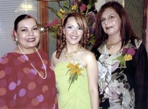 La futura novia, Brenda Anaya, con Rosa Alicia Arratia de Anaya y María Martínez de Herrera.