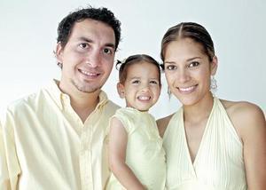 Regina acompañada de sus papás Carlos Velázquez y Alma Cantú de Velázquez