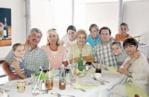 Isabel Teele con sus hijos Manuel e Isabel, Eduardo y Tere, y sus nietos Paulina, Fernanda, Pablo, Manolo e Isabela