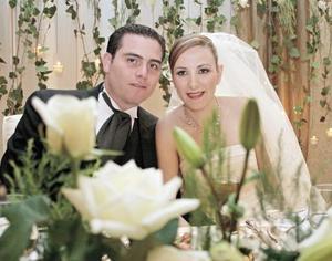 <I>ENAMORADOS CAMINA AL ALTAR</I><P> Claudia Rosas Martín y Luis Guillermo Arratia Abularach