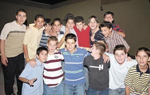 El festejado acompañado de todos sus amigos