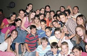 <I>TOUFIK CUMPLE 13 AÑOS</I><P> Toufik rodeado de todos sus invitados