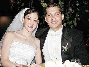 <I>ELEGANTE RECEPCIÓN</I><P> Los felices novios: Vicky y Gerardo