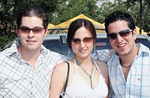 <I>FIESTÓN DE GRADUACIÓN</I><P> Charly Madero, María Emilia Jiménez de Madero y Rogelio Montes de Oca