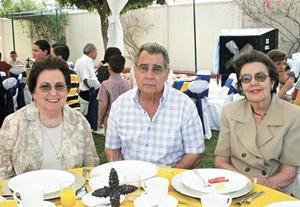Frida R. de González, Alfredo González y Gloria G. de Villanueva