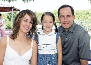 Ana Carmen T. de Sesma y Eduardo Sesma con su hija