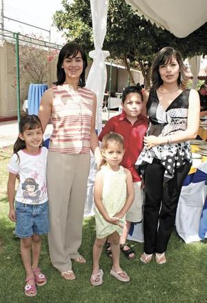 Laura Hernández de Sesma y Tete González de Martínez con los niños Daniel Sesma, Paulina y Sofía Martínez