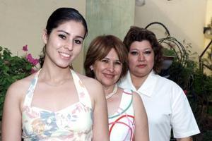 Nelly Blackaller del Club de Jardinería Amapola Tibetana, acompañada de Paquita Cruz y Marilú de Blackaller.