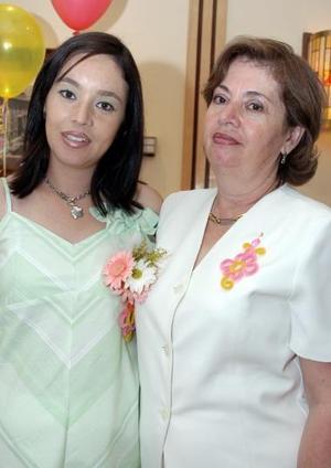 Laura Verónica Soto de Gitiérrez junto a su mamá, Laura Vela de Soto, el día de su despedida de soltera.