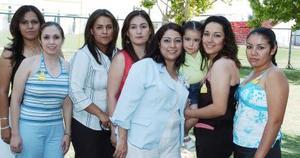 Liliana Barrios Chávez acompañada de un grupo de amigas, en la despedida de soltera que le ofrecieron.