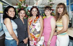 <b>28 de mayo </b> <p> Yenny María Saucedo acompañada por un grupo de amigas, en su fiesta de cumpleaños.