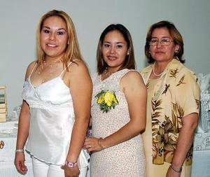 Eunice Calderón Eguía disfrutó de una despedida de soltera que le ofrecieron su mamá y su  hermana.