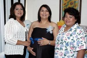 <b>27 de mayo </b><p> Jovana Carolina Alvarado de Alba, acompañada por las anfitrionas de la fiesta de canastilla que le organizaron