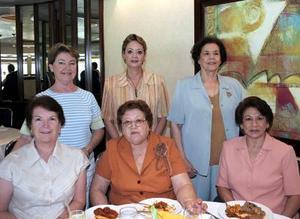 Alma de Alba, Bety de Medina, Maru de Lara, Luz María de Ruiz, Marina de Falcón y Magda de Díaz, en pasado convivio social