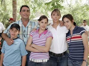 Eduardo Cepeda, Charito de Cepeda y sus hijos Eduardo, Rosario y Daniela.