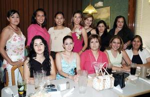 Vania L. Azuara Rojas acompañada de las invitadas a su despedida de soltera.