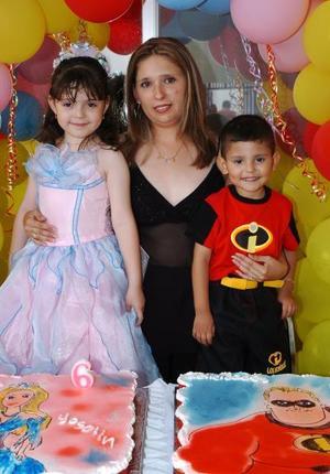 Yoselin Edith y David Armando Hernández González cumplieron seis y tres años de vida y su mamá Fanny Edith González les preparó una merienda.