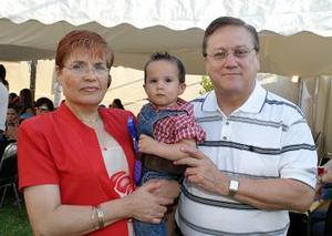 Arturo González y Blanca de González con su nieto Ernesto Segura González.