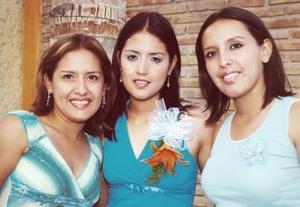 Marcela Ayala Alanís con sus hermanas Miriam y Valeria, en la despedida de soltera que le ofrecieron.