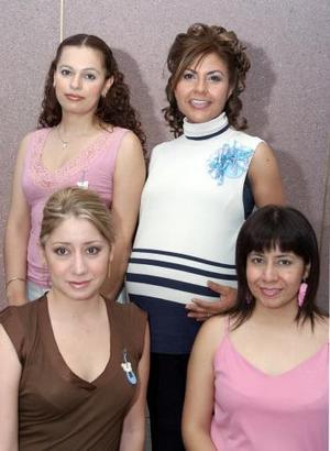 <b>29 de mayo </b><p> Ninfa Rodarte de Díaz acompañada por algunas de las invitadas a la fiesta de canastilla que le organizaron