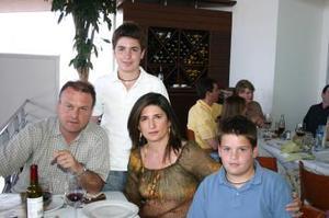 Federico Sáenz y Cecilia González de Sáenz con sus hijos Pablo e Ignacio