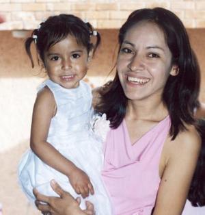 Karen Yuridia Hernández Morillón junto a su mamá, María de los Ángeles Morillón el día que celebró su segundo cumpleaños