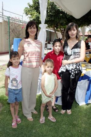 <b>30 de mayo </b><p>  Laura Hernández de Sesma, Teté González de Martínez y los pequeños Daniel Sesma, Paulina y Sofía Martínez.