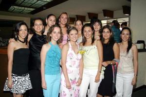 Alejandra Martínez Magaña acompañada por amigas y familiares el día de su celebración de despedida