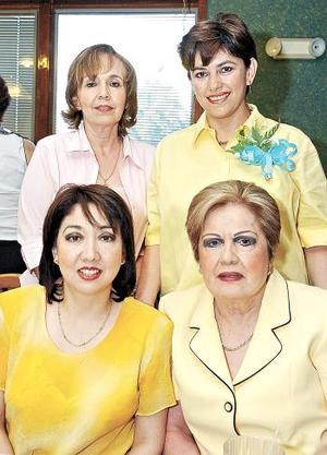 Claudia Eugenia Monroy de Córdova recibió felicitaciones por el próximo nacimiento de su bebé.
