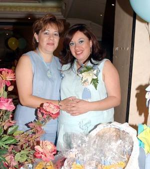 <b>31 de mayo </b><p> Ruth Rodríguez de Pichardo en compañía de Mayela Flores de Rodríguez, quien le ofreció una fiesta de canastilla por el futuro nacimiento de su segundo bebé