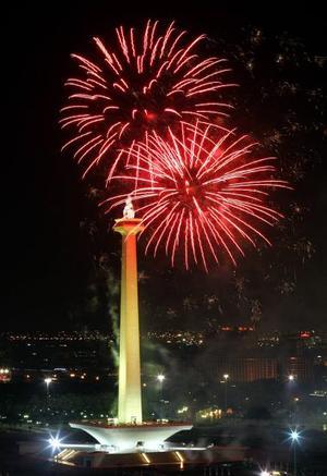Fuegos artificiales iluminan el Monumento Nacional en el centro de Yakarta.