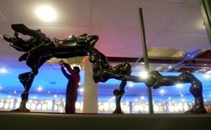 Una escultura creada por Salvador Dalí yes exhibida en Santiago de Chile. Más de 200 trabajos del artista fueron presentadas entre los meses de julio y octubre de 2005.