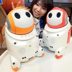 Los robots 'Papero' fueron también exhibidos en Tokio. Estos robots interactivos están equipados con ocho micrófonos y puede distinguir 655 palabras diferentes.