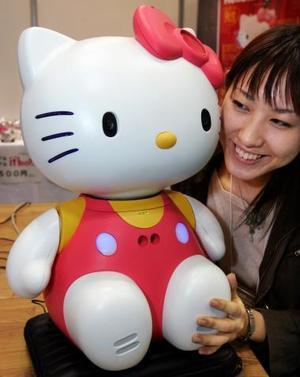 El robot de Hello Kitty desarrollado por japoneses fue presentado en la exhibición robótica internacional en Tokio. El robot tiene integrado en sus ojos cámaras que serán capaces de identificar a la persona que tienen enfrente.