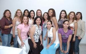 Azucena  Ivette Hernández González acompañada de un grupo de amigas, en la despedida de soltera que le ofrecieron por su próximo enlace matrimonial con Alexis Ugartechea.