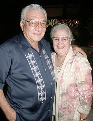 Con motivo de su cumpleaños festejaron al señor Jorge Jaik Villarreal, a quien acompaña su esposa Esperanza López de Jaik.