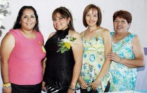 Claudia Ávalos acompañada de sus amigas, en la despedida de soltera que le organizaron.