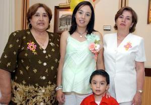 Laura Verónica de Gutiérrez acompañada por su mamá Laura Vela de Soto y por su suegra, María Lucita Guerrero de Gutiérrez, quienes le organizaron una fiesta de canastilla