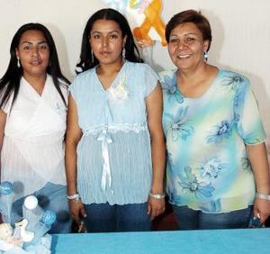 María Guadalupe Vázquez Mancinas, acompañada por las organizadoras de su fiesta de canastilla.