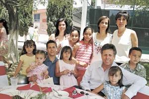 Ángela Vera González, en compañía de Santiago Vera, Angelina de Vera, Santiago Vera, Gaby Aparicio, Cecilia Meléndez, Brenda Buttler, Cecy, Sofy y Regina Vera.