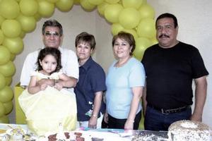 Ana Paula Castañeda Alba acompañada por sus abuelitos, Jesús Alba, Enriqueta de Alba, Juan Francisco Castañeda y Rebeca de Castañeda, en su fiesta de cumpleaños.