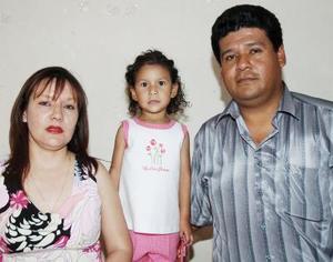 Liliana Xcaret González Flores junto a sus papás, Liliana Marsella Flores y José González Ayala.