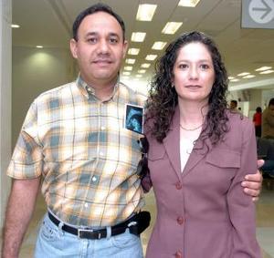 <b>03 de junio</b><p> Claudia Mijares y Jorge Ayala viajaron a Miami.